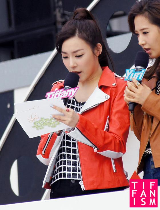 SNSD Yuri and Tiffany at MBC F1 Grand Prix Concert