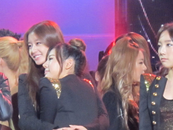SNSD Sunny and T-ara Jiyeon hugs