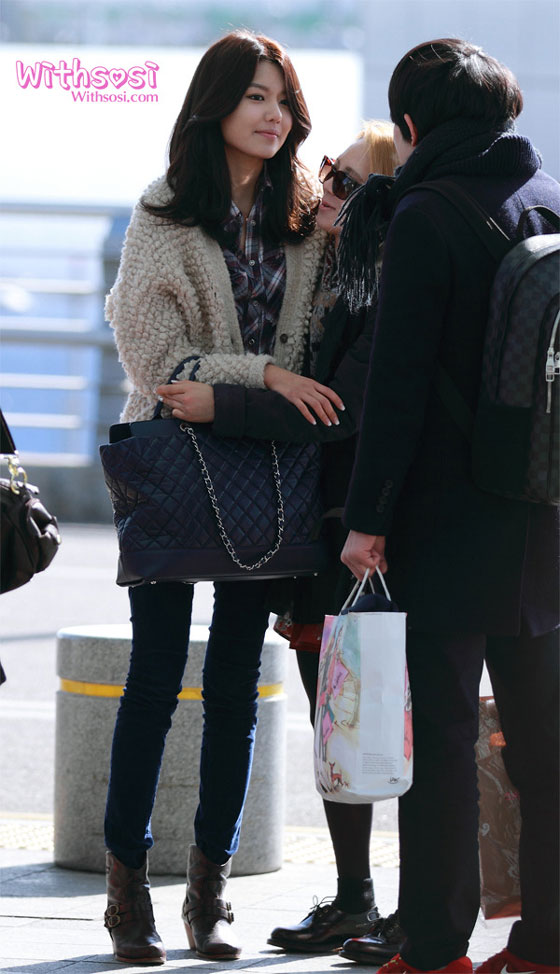 SNSD Hyoyeon and Sooyoung Korean Incheon Airport