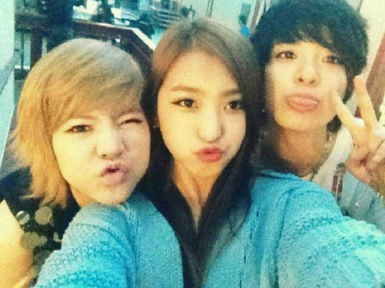 Selca photo of SNSD Sunny, Sistar Bora and fx Amber