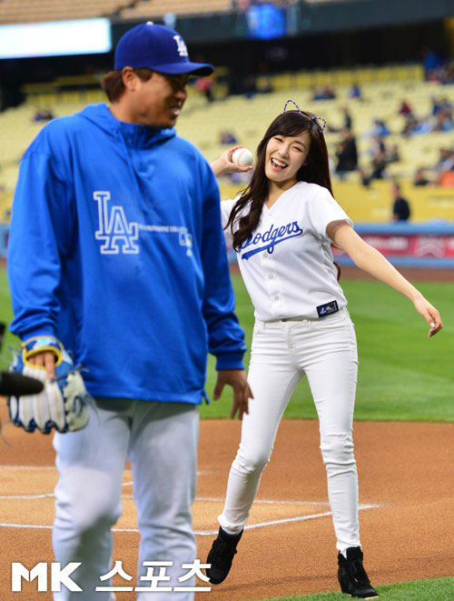 SNSD Tiffany LA Dodgers first pitch