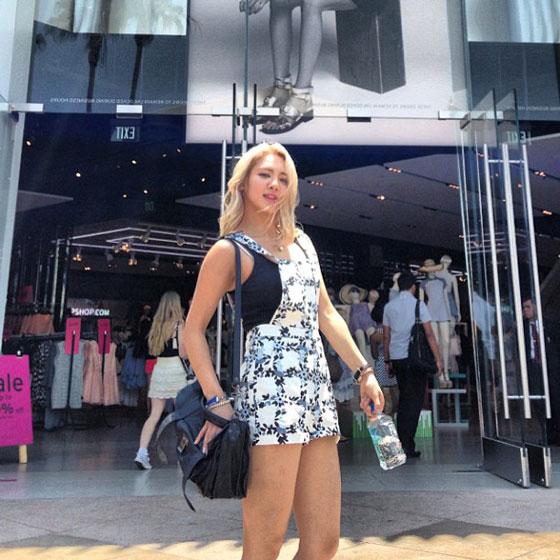 SNSD Hyoyeon Topshop LA selca