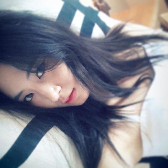 SNSD Yuri sexy bed selca