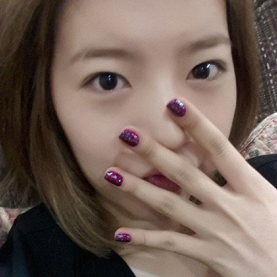 SNSD Sunny nails Instagram selca