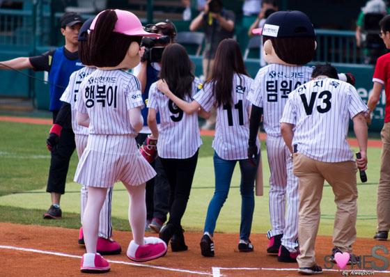 Seohyun Taeyeon baseball first pitch