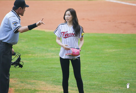SNSD Taeyeon baseball first pitch