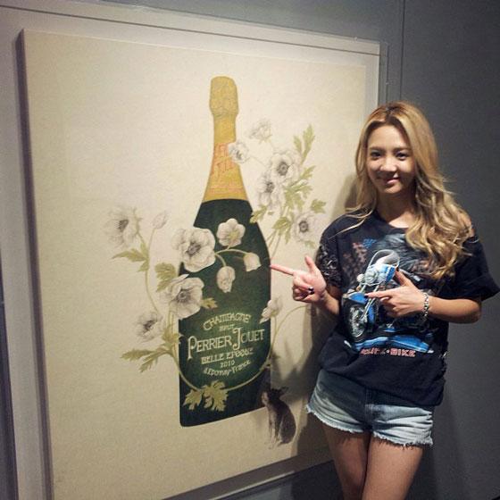 SNSD Hyoyeon art exhibition selca