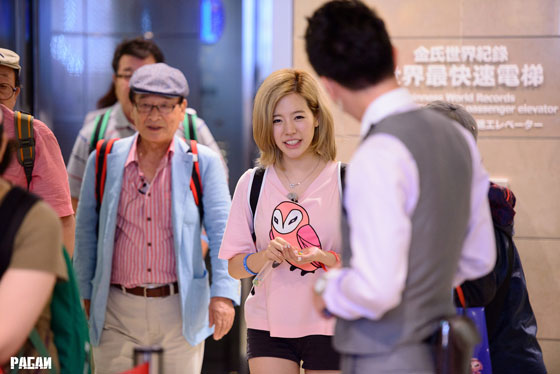 SNSD Sunny grandpa Taiwan airport