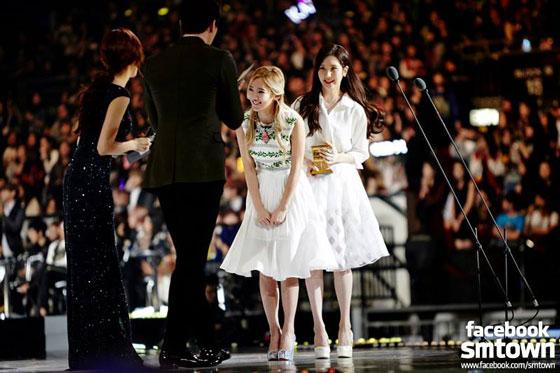 SNSD Hyoyeon Seohyun MAMA 2013 Hong Kong