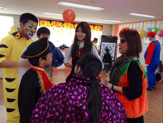 SNSD Sooyoung volunteer at kids Halloween party