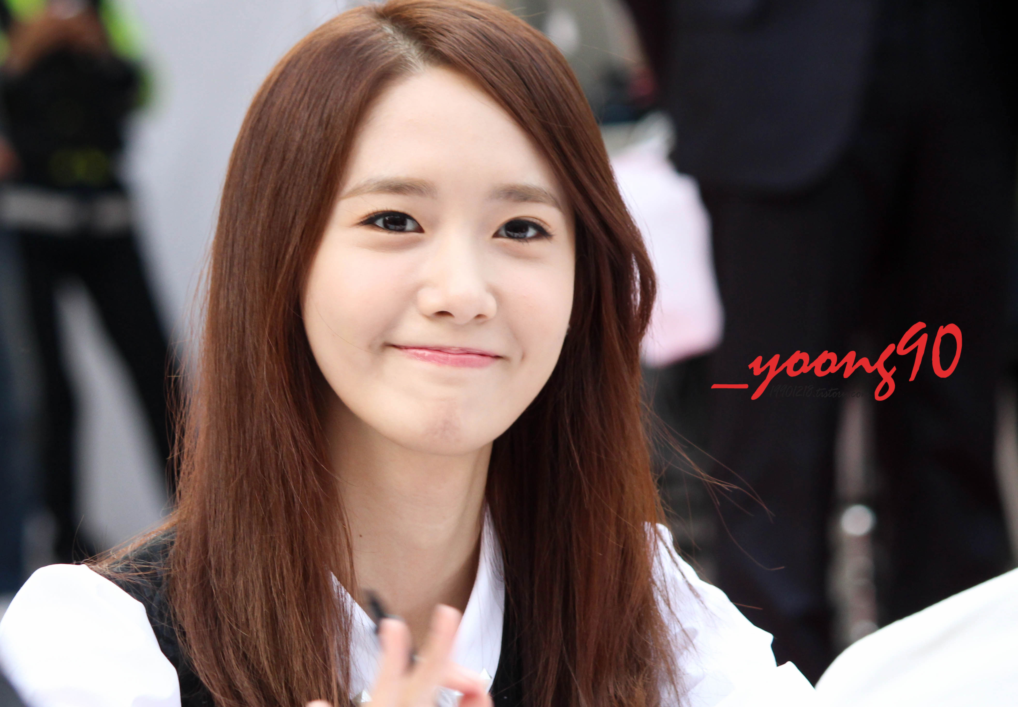 http://snsdpics.com/wp-content/uploads/2013/11/yoona-lotte-fansign-7.jpg