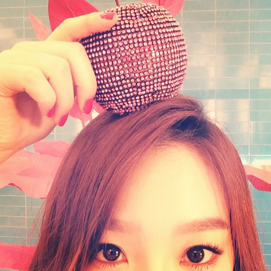 SNSD Taeyeon MrMr apple selca
