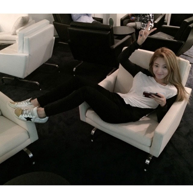 SNSD Hyoyeon Instagram airport lounge