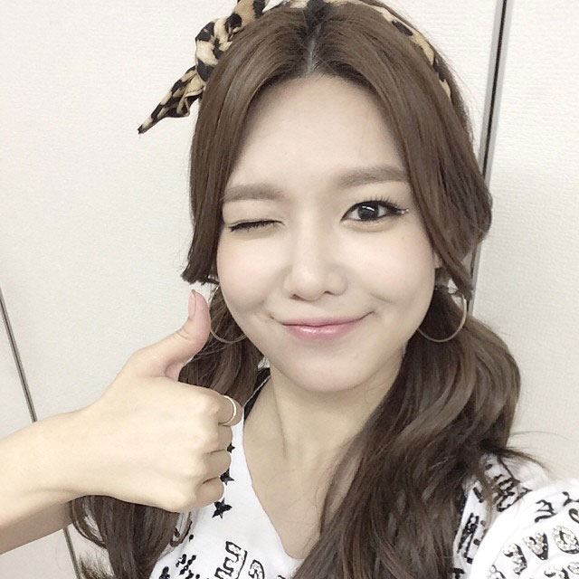 SNSD Sooyoung Instagram thumbs up selca