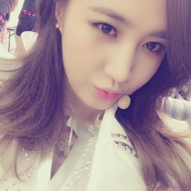 SNSD Yuri Instagram Japan tour kiss