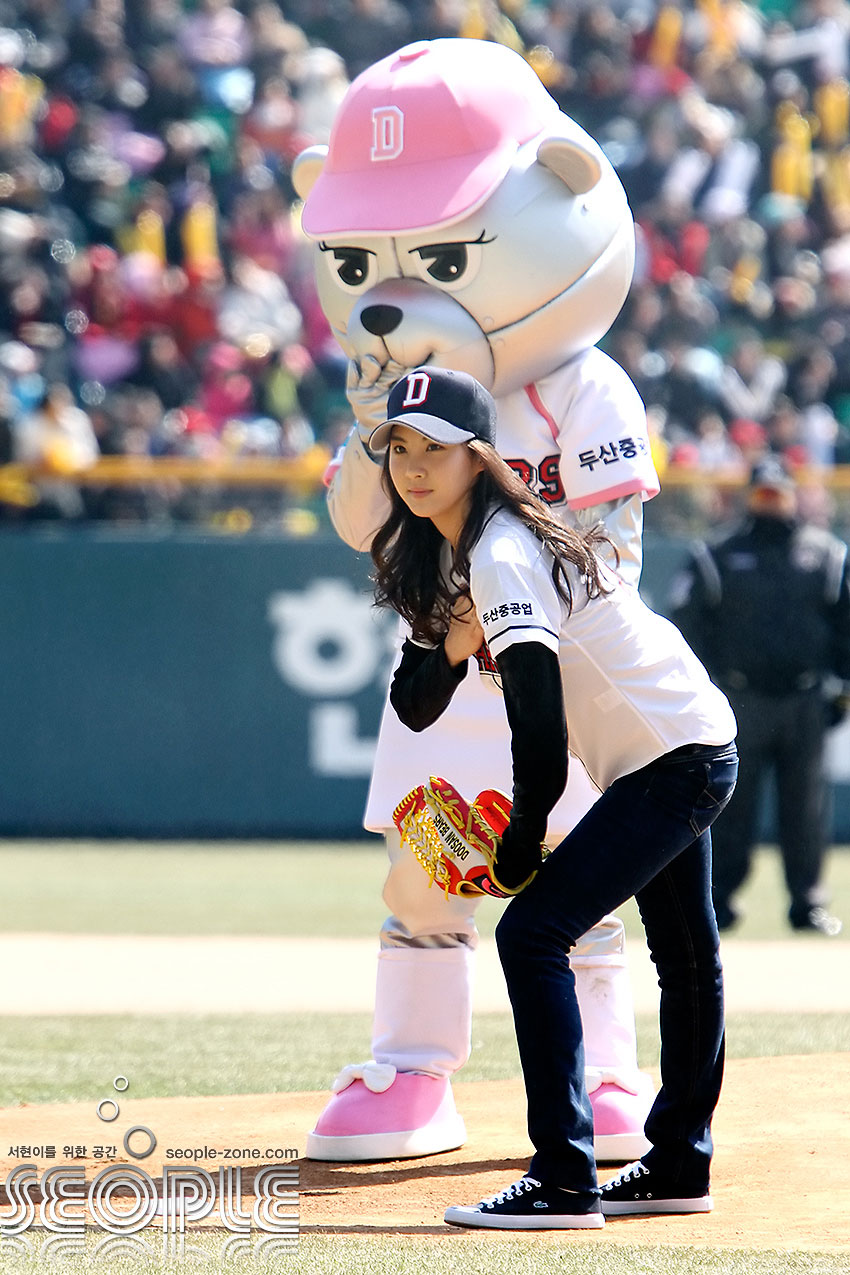 SNSD Seohyun baseball ceremonial pitch